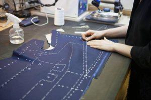 Penjahit pattern making menggambar pada kain sebagai pattern