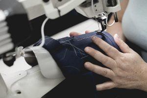Proses menjahit untuk fitting jas